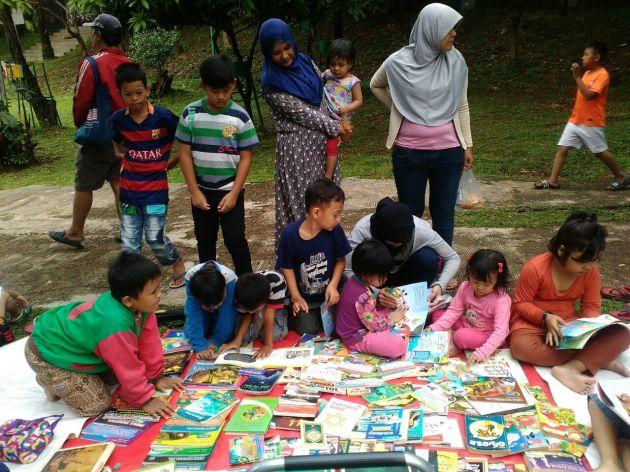 asiknnya baca buku di taman kota Depok