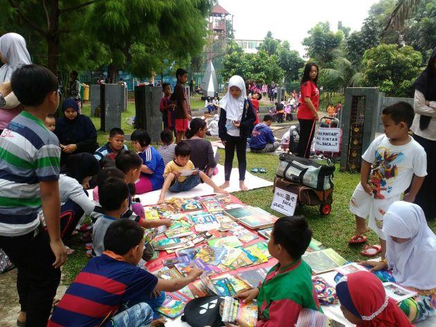 asiknnya baca buku di taman kota Depok2